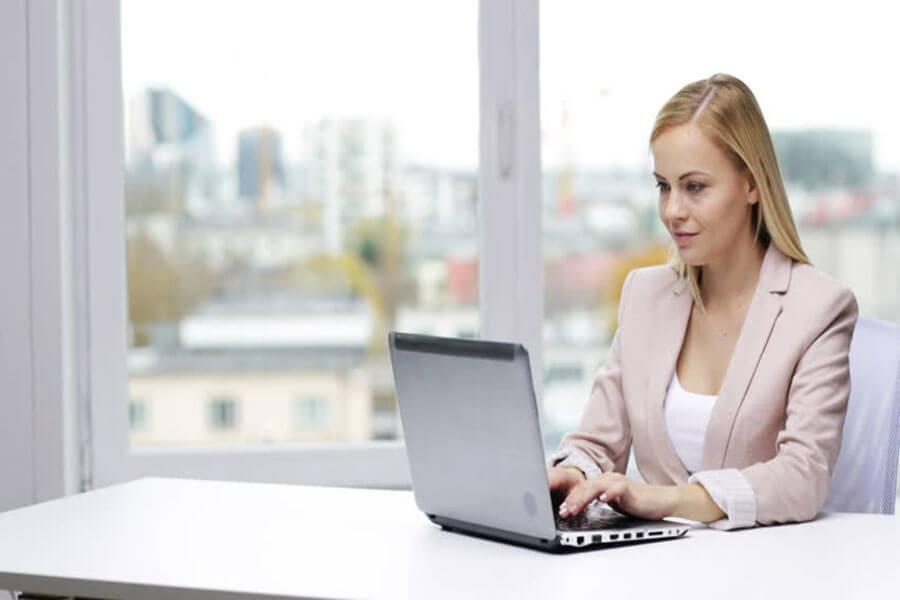 Laptop là một công cụ làm việc không thể thiếu